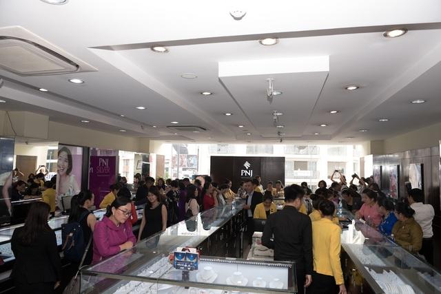Sau Xí nghiệp nữ trang, đoàn cũng đã tham quan, tìm hiểu về hoạt động kinh doanh cũng như các sản phẩm trang sức của PNJ tại Trung tâm kim hoàn.
