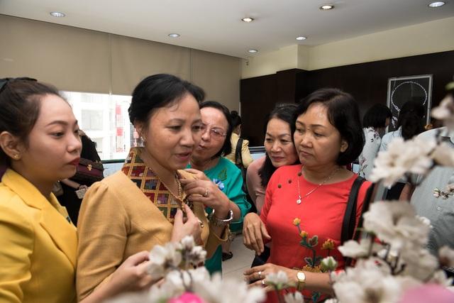 Các vị khách quý đã có dịp trải nghiệm một số trang sức tinh tế thương hiệu PNJ.