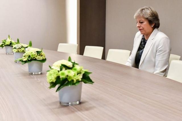 Thủ tướng Anh Theresa May ngồi lặng lẽ một mình. (Ảnh: AFP)