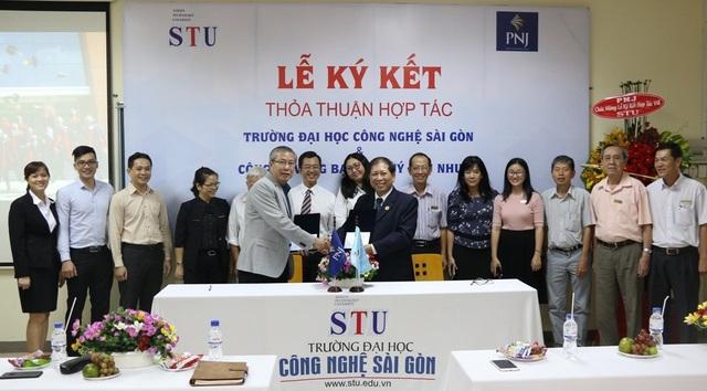 Ông Lê Hữu Hạnh – Phó Tổng Giám đốc công ty PNJ và PGS.TS. Cao Hà Thi – Hiệu trưởng STU cùng đại diện hai bên đã thực hiện ký kết hợp tác.
