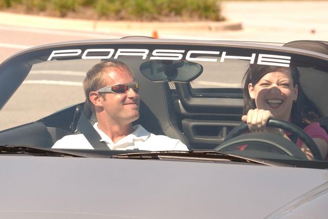 Porsche phải đền... kính râm cho khách mua xe - 1
