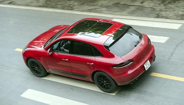 Trang bị tiêu chuẩn là Hệ thống Treo chủ động của Porsche (PASM) được điều chỉnh thấp hơn 15 mm, cùng mâm xe 20-inch RS Spyder được sơn đen mờ và bộ lốp kết hợp.