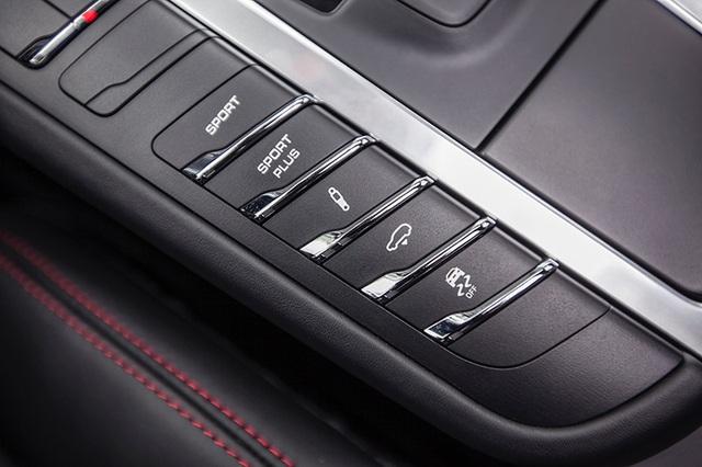 Người dùng có thể lựa chọn ba chế độ vận hành thông qua các nút bấm bên trái bệ trung tâm, gồm: Comfort, Sport, và Sport Plus. Ngoài ra, tuỳ từng địa hình khác nhau, có thể điều chỉnh 3 cấp độ cứng của hệ thống treo (PASM) - Êm ái, Thể thao hoặc Thích ứng.