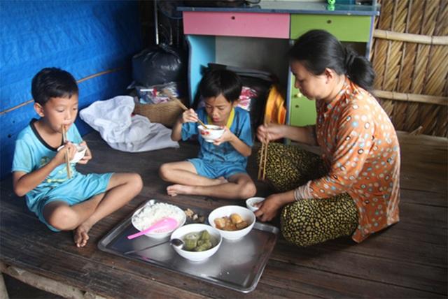 Chị Mi có hai bé trai là Duy Kha 10 tuổi và Khánh Duy 7 tuổi. Hai bé đang tuổi ăn tuổi lớn là thế nhưng ba mẹ con chỉ lo được hai bữa cơm đơn giản mỗi ngày.