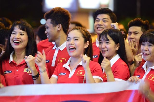 Người hâm mộ luôn đồng hành cùng các cô gái của HLV Mai Đức Chung