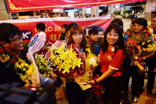 Bà Nguyễn Thu Ngọc - Phó TGĐ VPMilk, tặng hoa cho đội trưởng Kiều Trinh tại sân bay Tân Sơn Nhất