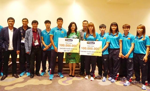 Chủ tịch HĐQT kiêm TGĐ VPMilk Nguyễn Thị Thu Phương trao tặng mỗi đội 100 triệu đồng