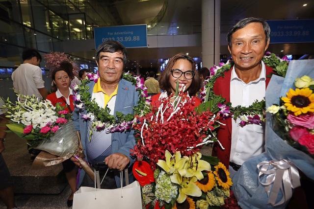 Bà Trần Thị Phương Thảo - Trưởng phòng truyền thông công ty VPMilk, tặng hoa cho HLV Mai Đức Chung tại sân bay Nội Bài