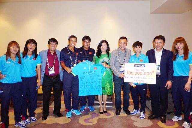 Đại diện đội tuyển bóng đá nữ Việt Nam tặng áo đấu có chữ ký của các thành viên trong đội cho đại diện nhà tài trợ