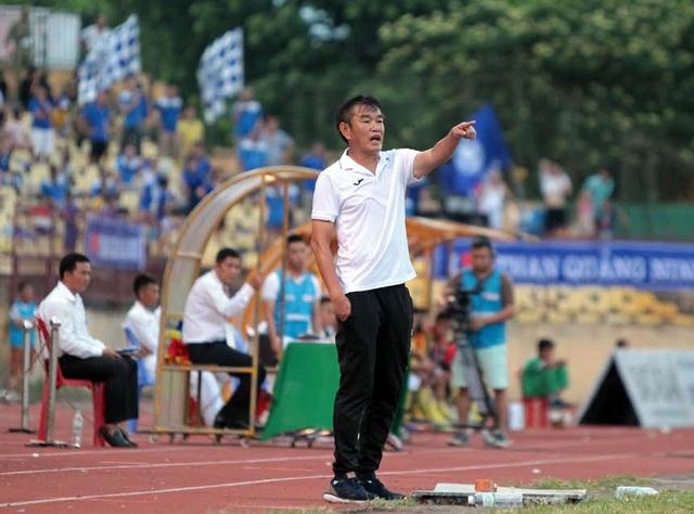 Huấn luyện viên Phan Thanh Hùng chỉ đạo các cầu thủ Than Quảng Ninh thi đấu trước SL Nghệ An, ảnh: Minh Phương