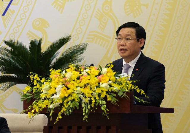 Phó Thủ tướng Vương Đình Huệ giới thiệu dự thảo Nghị quyết của Chính phủ về nhiệm vụ, giải pháp chủ yếu chỉ đạo, điều hành kế hoạch phát triển kinh tế - xã hội và dự toán ngân sách năm 2018. (Ảnh VGP)
