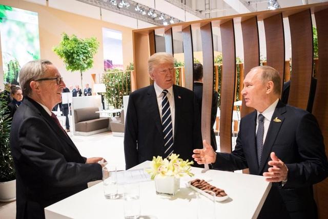 Tổng thống Trump, Tổng thống Putin trò chuyện cùng các nhà lãnh đạo khác. (Ảnh: EPA)