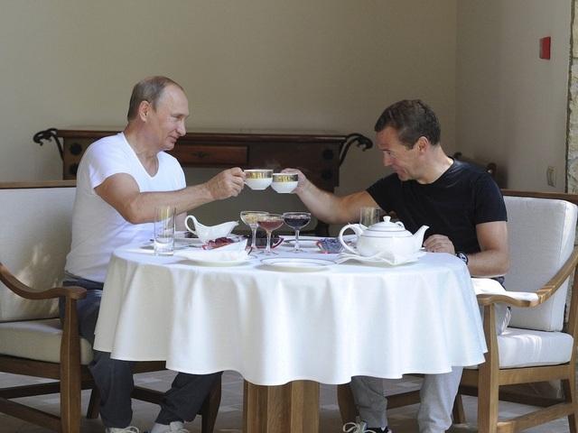 Một ngày với ông Putin bắt đầu bằng bữa sáng vào khoảng buổi trưa. Khẩu phần ăn của ông thường là một đĩa trứng tráng lớn hoặc một bát cháo, vài quả trứng cút và nước ép trái cây. Các nguyên liệu trong bữa ăn của ông thường được đưa về từ trang trại của Giáo chủ Kirill, lãnh đạo Giáo hội Chính Thống Nga. (Ảnh: Reuters)