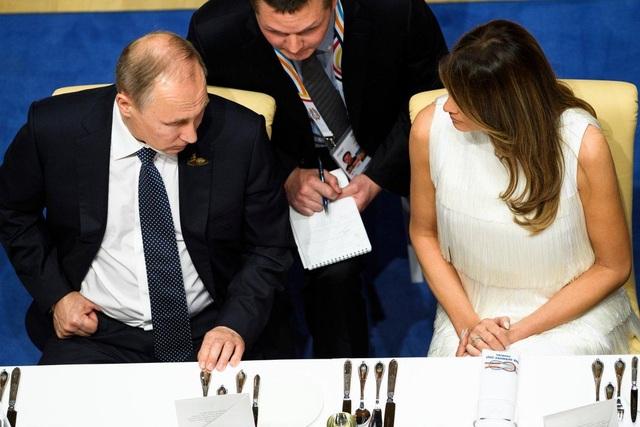Tổng thống Vladimir Putin trò chuyện cùng Đệ nhất phu nhân Melania Trump trên bàn tiệc tại hội nghị thượng đỉnh G20 ở Đức (Ảnh: Getty)