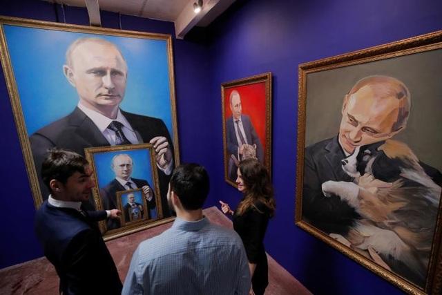 """Cuộc triển lãm mang tên """"SUPERPUTIN"""" (tạm dịch """"Siêu Putin"""") đã được tổ chức tại bảo tàng UMAM ở thủ đô Moscow, Nga từ ngày 6/12/2017-15/1/2018, thu hút đông đảo khách tham quan ngay từ ngày đầu khai mạc."""