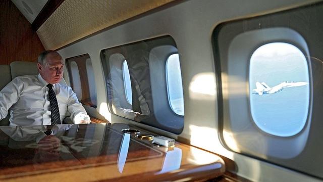 Tổng thống Putin ngồi trong chuyên cơ tới căn cứ không quân Khmeimim tại Syria hồi đầu tháng 12 (Ảnh: Sputnik)