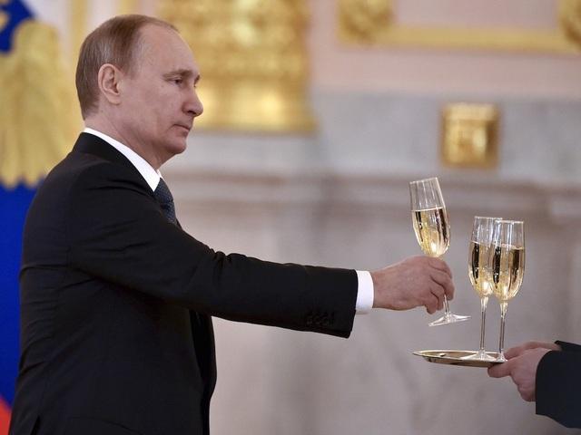 Ông Putin là người không uống rượu ngoại, trừ trong các bữa tiệc chính thức. Truyền thông cho rằng ông muốn xây dựng hình ảnh một nhà lãnh đạo không uống đồ uống có cồn. Theo Politico, ông Putin là hình ảnh tiêu biểu cho việc chống lại tình trạng nghiện rượu ở Nga. (Ảnh: Reuters)
