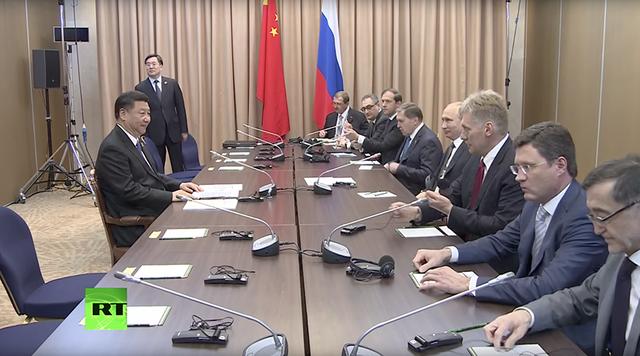 Khoảnh khắc Chủ tịch Trung Quốc Tập Cận Bình đối diện với phái đoàn Nga. (Ảnh: RT)