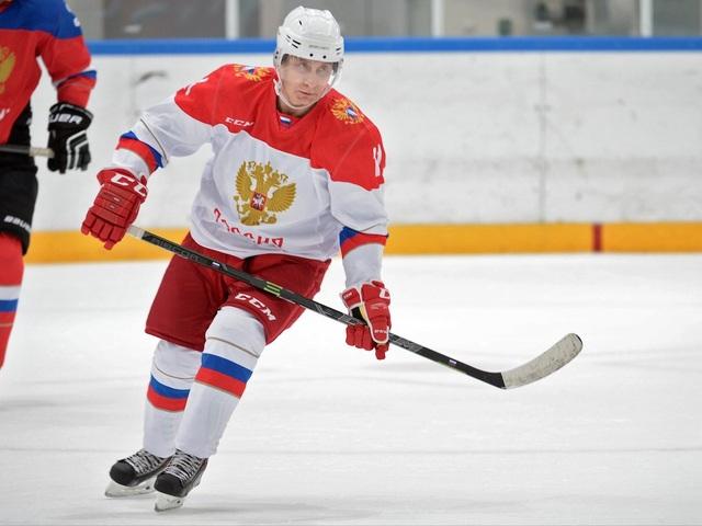 Ông Putin cũng thỉnh thoảng chơi môn thể thao yêu thích là khúc côn cầu trên băng. Ông không chỉ xem mà còn lập đội để thi đấu với các vệ sỹ (Ảnh: AP)