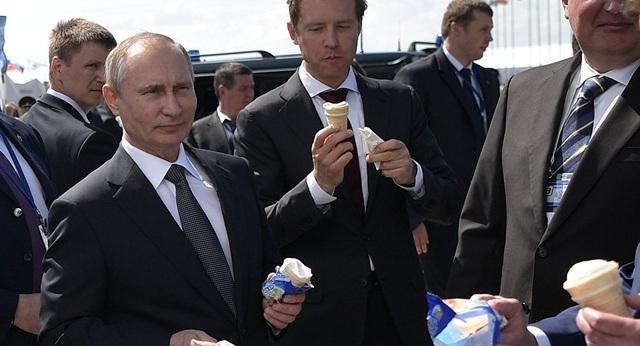 Tổng thống Putin ăn kem cùng cấp dưới khi tới dự triển lãm hàng không ngày 18/7 (Ảnh: Sputnik)