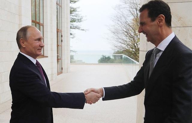 Tổng thống Putin (trái) và Tổng thống Assad bắt tay khi gặp mặt tại Sochi, Nga ngày 20/11 (Ảnh: RT)