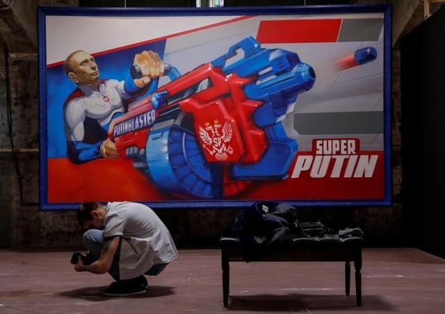 Triển lãm SUPERPUTIN quy tụ 30 tác phẩm tranh ảnh và điêu khắc, ghi lại những khoảnh khắc ấn tượng nhất của Tổng thống Putin theo nhiều phong cách khác nhau.