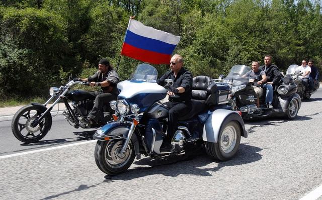 Tổng thống Putin dẫn đầu đoàn xe mô tô khủng (Ảnh: Reuters)