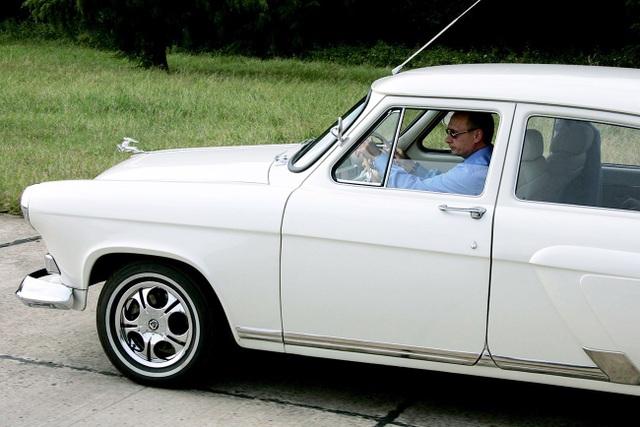 Tổng thống Putin lái chiếc GAZ-21 Volga 1956 cổ (Ảnh: Sputnik)