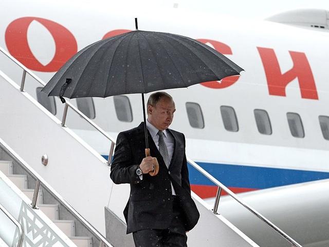 Tổng thống Putin thường mặc quần áo may đo và được cho là thích cà vạt của hãng Valentino (Ảnh: Getty)
