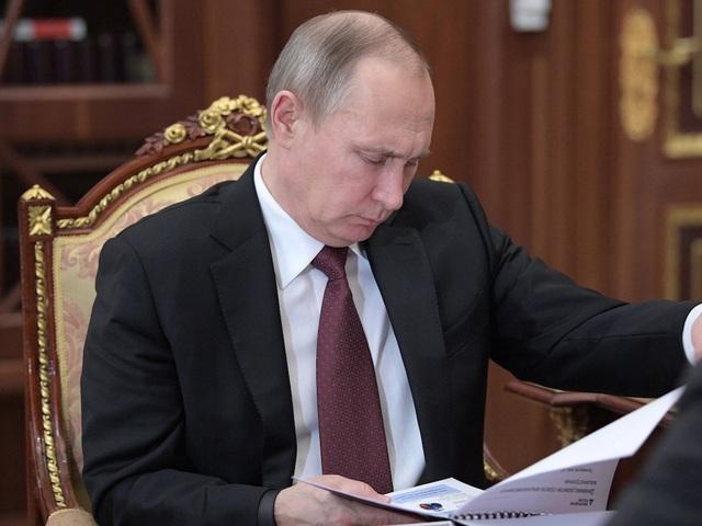 Ông Putin được cho là thường bắt đầu làm việc vào đầu giờ chiều. Đầu tiên ông sẽ đọc các báo cáo tóm tắt. Báo cáo bao gồm tài liệu tình báo trong nước và hoạt động ngoại giao cũng như xem các video từ báo chí Nga và quốc tế. (Ảnh: AP)