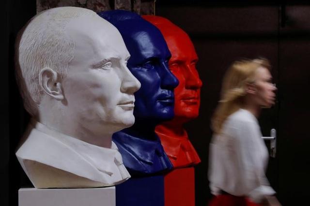 3 bức tượng bán thân của Tổng thống Putin với 3 gam màu đỏ, xanh, trắng tượng trưng cho quốc kỳ Nga, được bày tại triển lãm SUPERPUTIN.