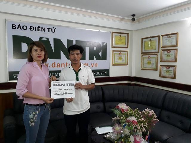 PV Dân trí trao tiền đến anh Nguyễn Thanh Hải