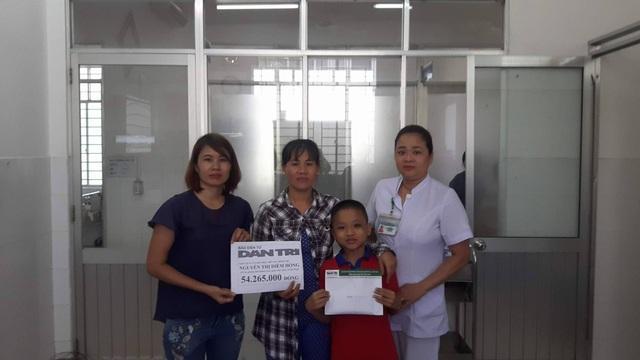 PV Dân trí trao tiền cho chị Trần Thị Diễm Hồng và cháu Nguyễn Hữu Anh Quân