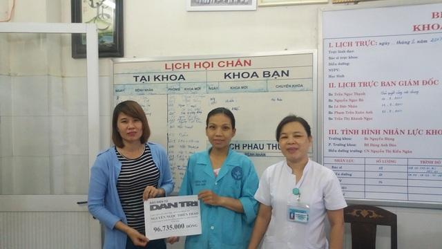 PV Dân trí trao tiền đến chị Thảo