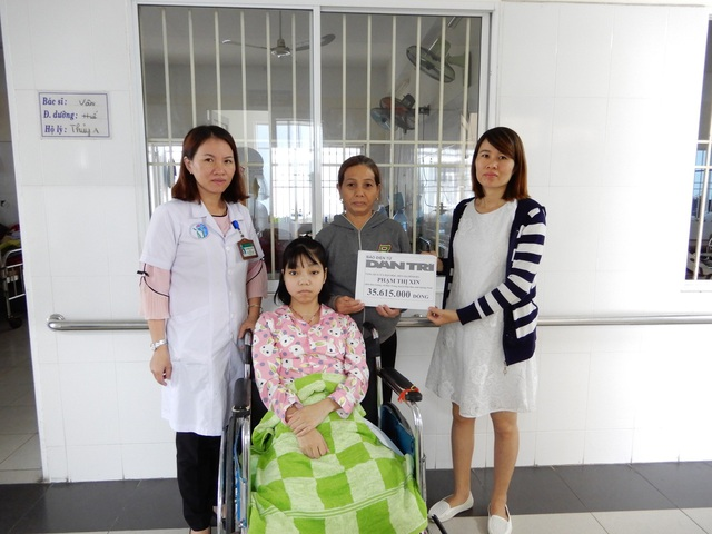 PV Dân trí trao tiền cho hai mẹ con bà Phạm Thị Xin và Đỗ Thị Hồng Nhung
