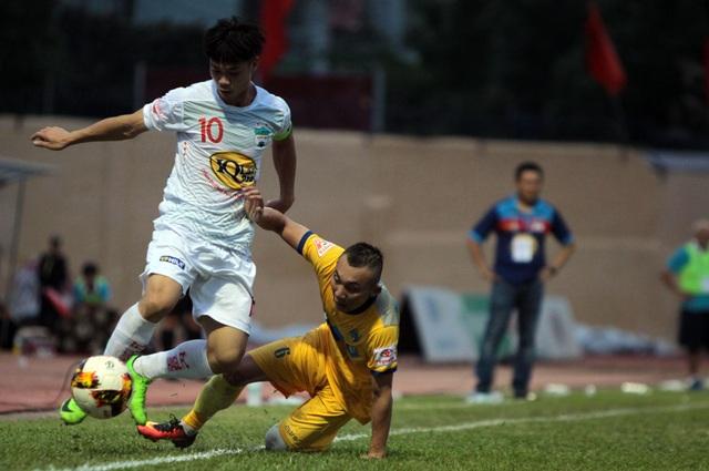 Công Phượng (trái) nỗ lực đi bóng vượt qua cầu thủ FLC Thanh Hóa, ảnh: Minh Phương