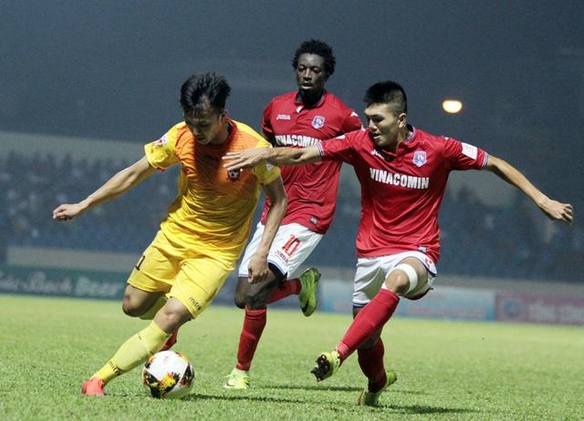 Quảng Ninh (đỏ) chơi chủ động trong cả trận đấu - Ảnh: Gia Hưng