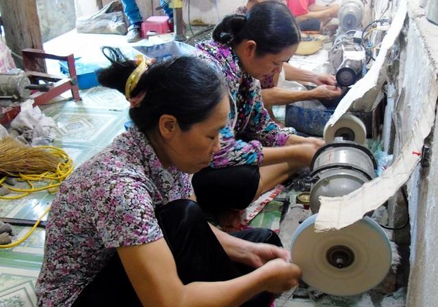 Ngay cả những người phụ nữ cũng có thể trở thành một nghệ nhân chế tác sản phẩm tinh xảo từ sừng trâu bò