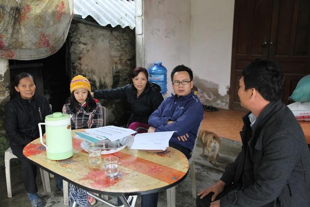 PV Dân trí cùng chính quyền địa phương có mặt tại gia đình chị Loan thực hiện trao quà.