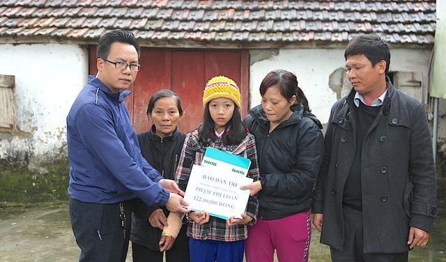 PV cùng ông Nguyễn Duy Trinh - PCT UBND xã Nghi Công Nam trao 122 triệu đồng đến chị mẹ con chị Loan.