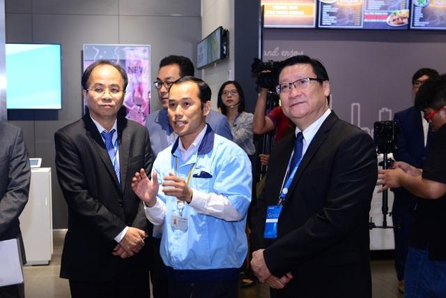Ông Lê Mạnh Hà, nguyên Phó Chủ tịch Ủy ban Nhân dân Tp.Hồ Chí Minh (trái) và ông Lê Hoài Quốc, Trưởng ban Quản lý Khu Công nghệ Cao TPHCM (phải) thăm quan Trung tâm EBC.