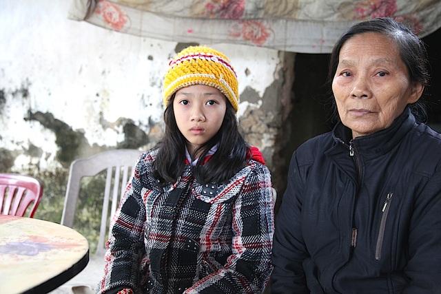 Bà Nguyễn Thị Ngân đã gần 80 tuổi sống với mẹ con chị Loan cũng kham khổ muôn vàn.