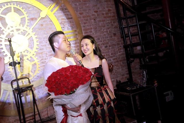 Tuấn Hưng chuẩn bị một bó hoa hồng 99 bông và hát tặng vợ trong ngày sinh nhật.