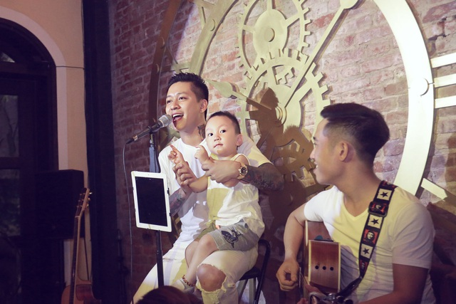 Đưa cả con trai Su Hào lên sân khấu để hát tặng sinh nhật mẹ.