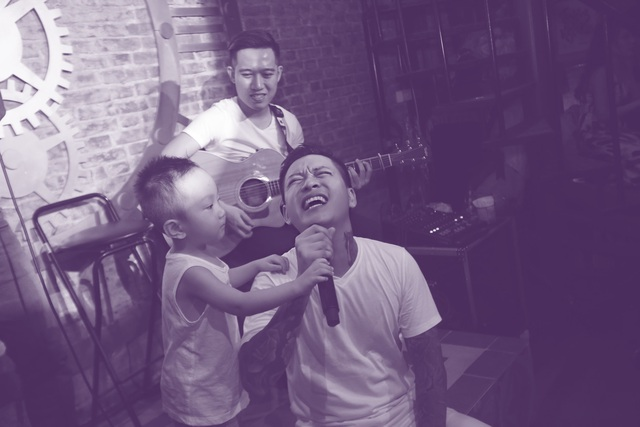 Con trai cầm mic cho bố phiêu.
