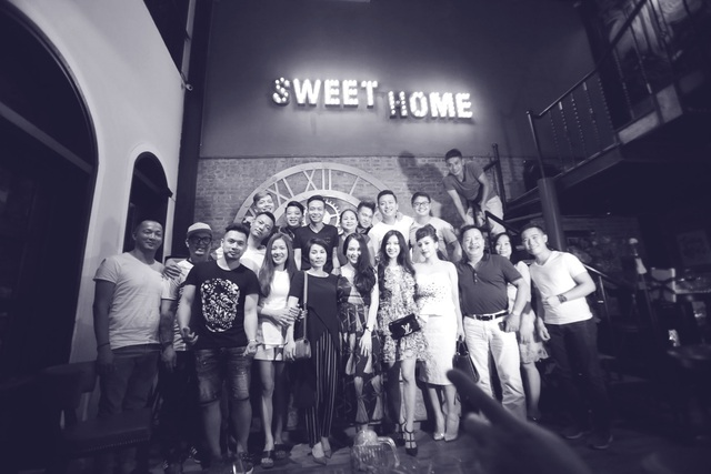 Chụp ảnh lưu niệm sau bữa tiệc cùng gia đình và người thân.