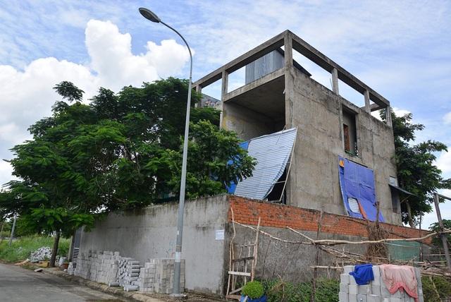 Theo quan sát của phóng viên, những căn biệt thự này dường như đang bị bỏ hoang, cỏ mọc um tùm cao khuất tầm nhìn. Một số căn nhà đã hoàn thiện phần ngoại thất cũng không có người ở.