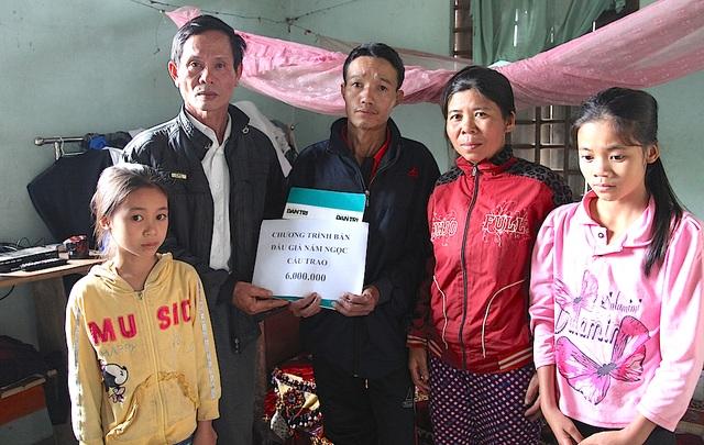 Thay cho PV Dân trí, ông Trần Văn Nhường - Bí thư chi bộ xóm Đồng Đại trao 6 triệu đồng từ chương trình bán đấu giá củ nấm ngọc cẩu cho gia đình chị Luận.