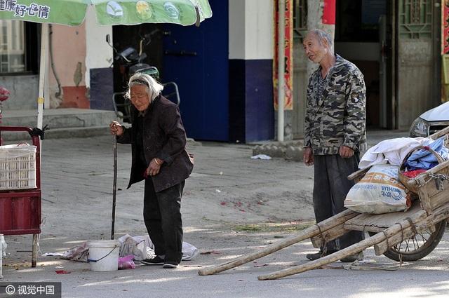 Trung Quốc: Xúc động hình ảnh con trai 64 tuổi chăm mẹ 84 tuổi - 2
