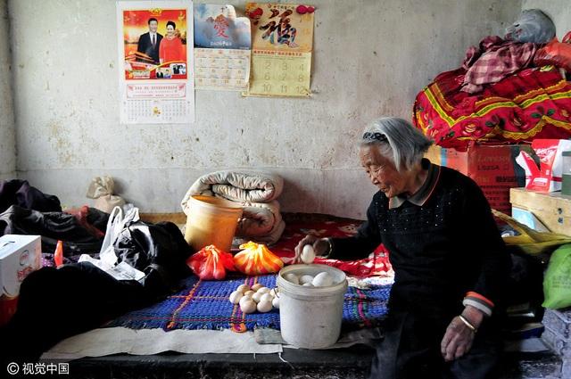 Mẹ ông Qi đặt trứng vào thùng nhựa một cách cẩn thận. Bà sẽ bán số trứng này vào phiên chợ tiếp theo.